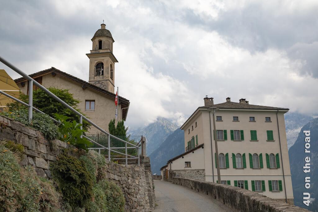 Vom Parkplatz kommend, geht es zu Fuss durch Soglio, Bergell