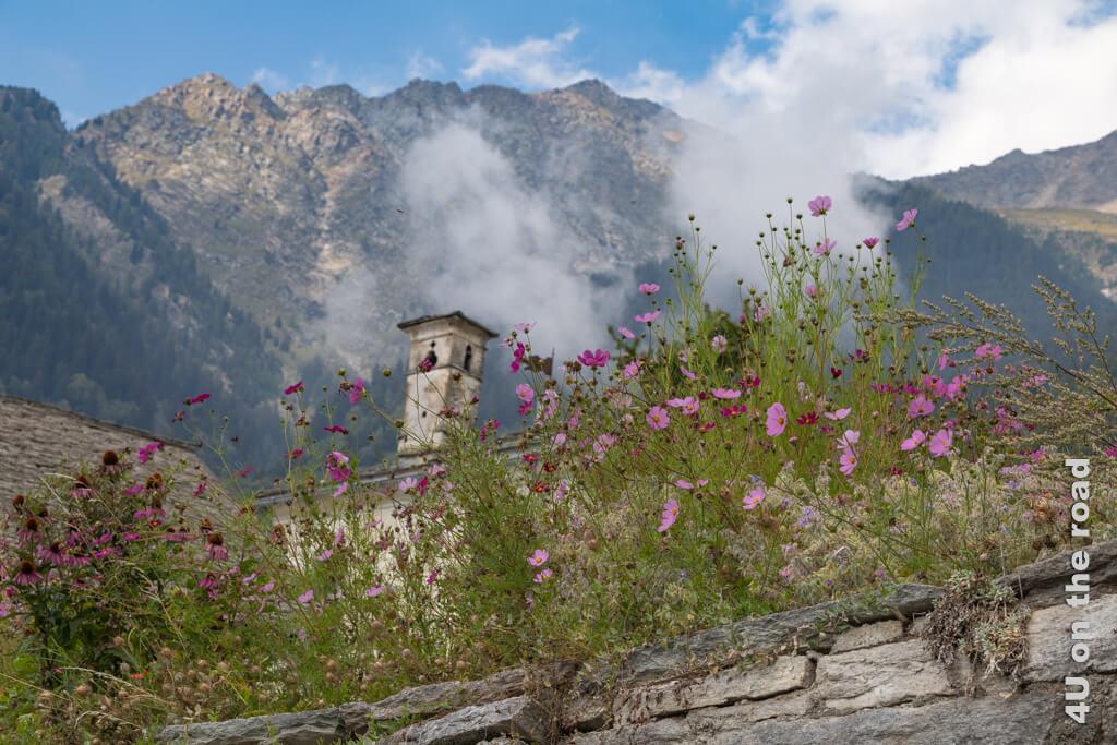 Beim Abschied aus Soglio geben die Wolken einen Blick auf die Berge hinter Soglio frei