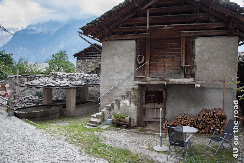 Der überdachte, alte Waschbrunnen der Dorfgemeinschaft Soglio