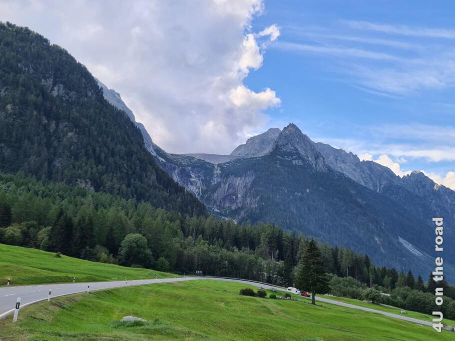 Die Staumauer des Lägh da l'Albigna auf 2.163 m Höhe ragt bedrohlich über das Tal