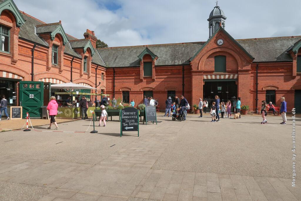 In den alten Ställen findet der Samstags-Markt statt. Der letzte Hinweis der Schnitzeljagd führt uns hierher.