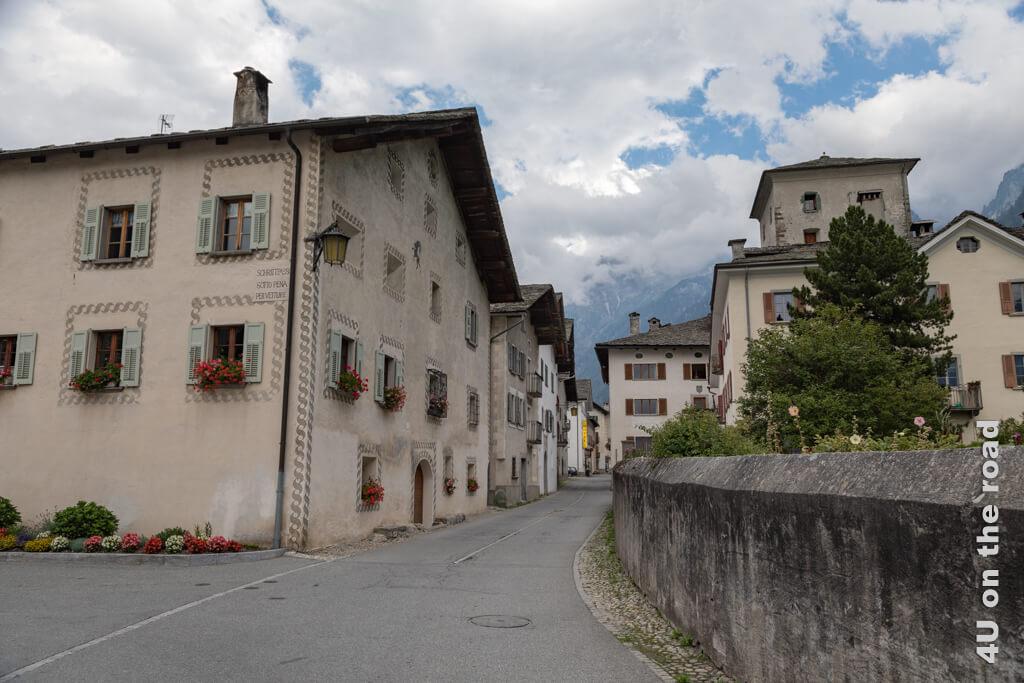Patrizierhäuser mit Wappen und Inschriften säumen die Strasse von Vicosoprano