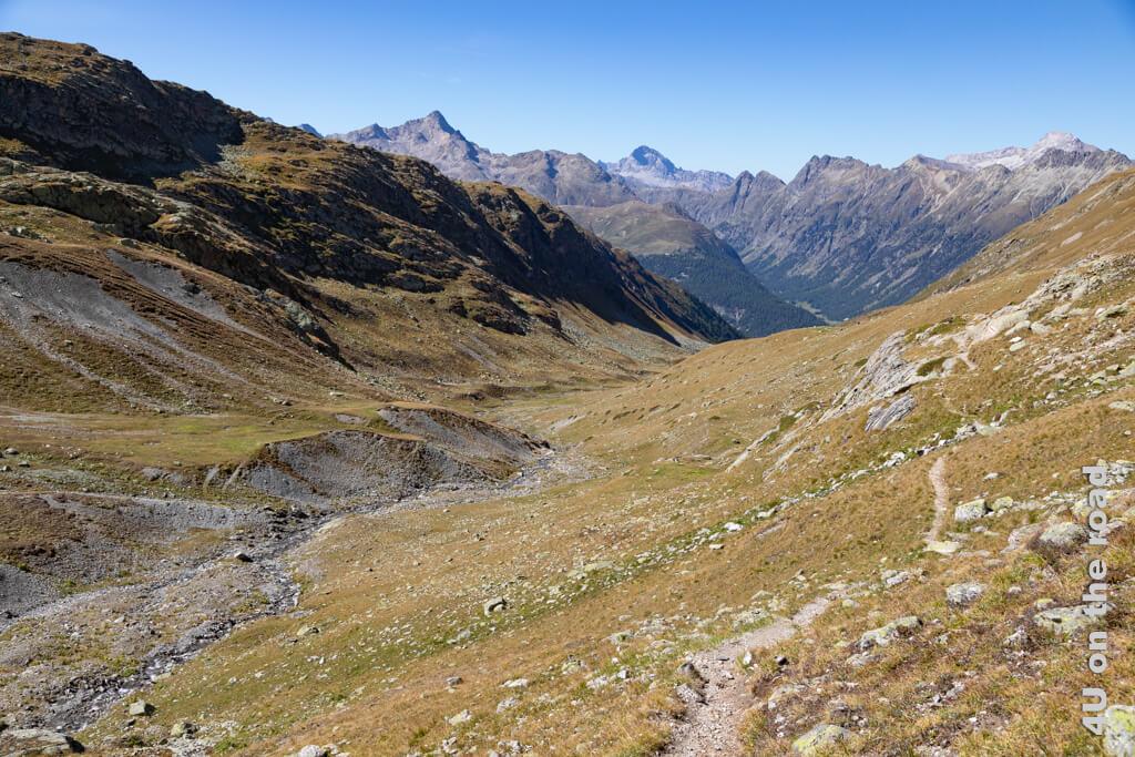 Auf halber Höhe führt der Weg abwärts durch das Val Champagna
