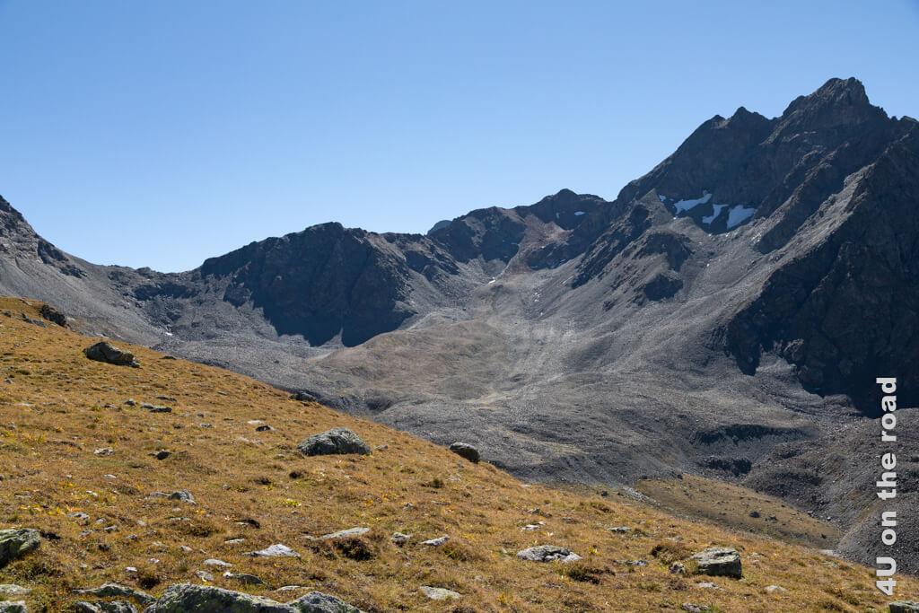 Beim Betrachten der Gletscher Moräne des Vadret und Piz Muragl fragen wir uns unwillkürlich, ob sich unter den Steinen noch Eis versteckt.
