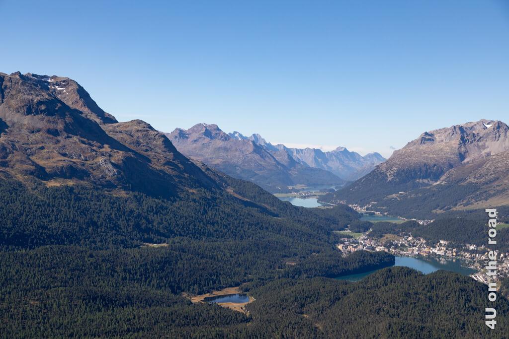 Mit dieser Aussicht auf die Seen rund um St. Moritz startet die Wanderung auf dem Muottas Muragl