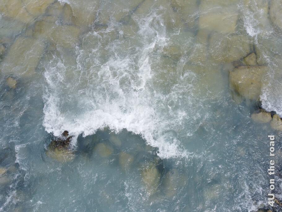 Bach im Val Rosegg gesehen von der darüber schwebenden Drohne