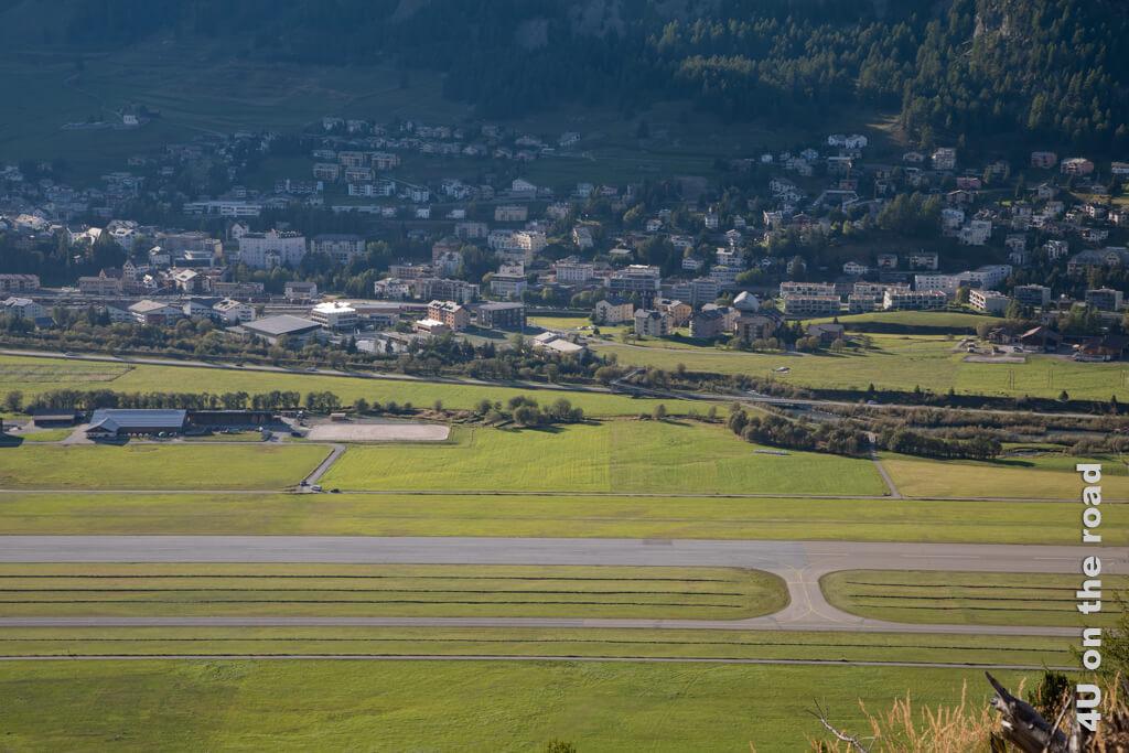Blick auf das Flugfeld Samedan - ich war zu langsam, um das startende Flugzeug noch zu erwischen. Bei dem Flugverkehr hier ist der Flughafen Zürich wahrscheinlich im Moment neidisch.