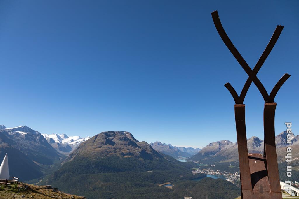 Bevor wir mit der eigentlichen Wanderung zur Fuorcla Val Champagna beginnen, schauen wir uns noch an, was sich seit unserem letzten Besuch geändert hat. Im Bild sieht man die Eisenskulptur Cruscheda zur Erinnerung an das 100-jährige Jubiläum der Standseilbahn und den Wassertropfen.