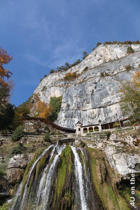 Wasserfall und Eingang der Beatushöhlen. - Erste Campingerfahrungen mit dem eigenen Wohnmobil.