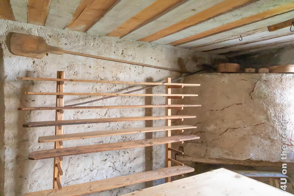 Auf den Brotbrettern lässt man die geformten Ringbrote noch einmal gehen, bevor sie in den Brotofen kommen. Casa Tomé, Poschiavo