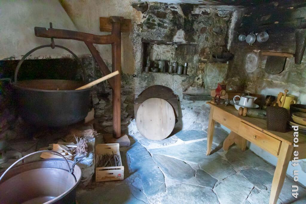 Die alte Küche mit der offenen Feuerstelle in der Casa Tomé, Poschiavo