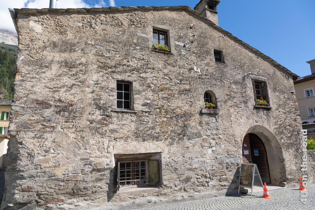 Die Casa Tomé von aussen. Hinter dem Bogenfenster befindet sich die Küche - Poschiavo