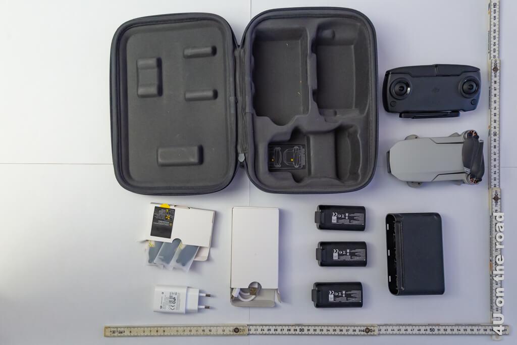 Die Komponenten des Mavic Mini Fly More Pakets mit Massstab