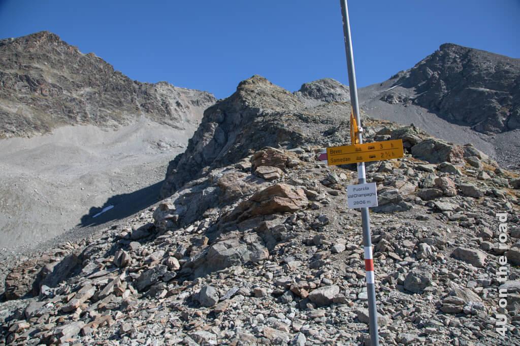 Fuorcla ist die Bezeichnung für einen Pass oder einen Bergsattel. Immerhin hat die Fuorcla Val Champagna eine Höhenangabe an der Stange für das Erinnerungsfoto.
