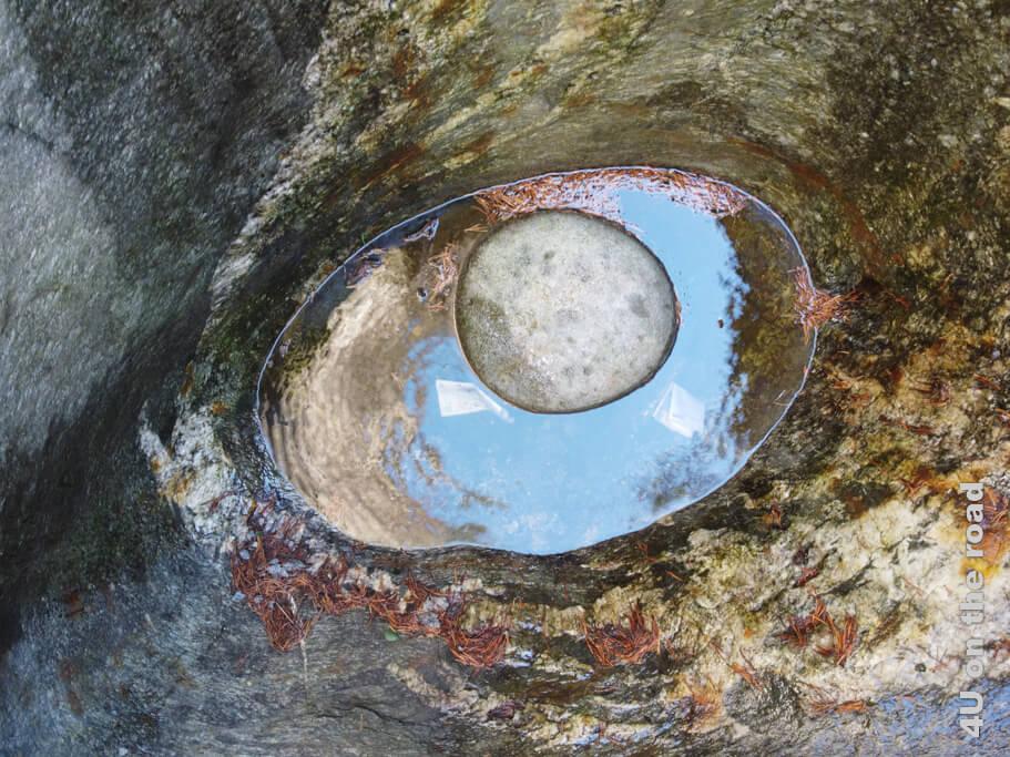 Gletschermühle in Cavaglia im Puschlav-Tal, auch Pothole genannt, aufgenommen von der darin schwebenden Drohne