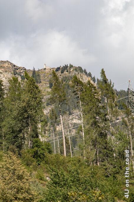 Auf 1.800 m Höhe drohnt die Kriche San Romerio über dem Abgrund.