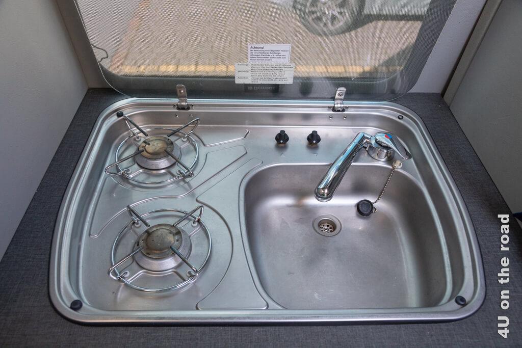 Kochherd und Spüle. Der Wasserhahn ist zwar aufstellbar, aber leider nicht ausziehbar. - Wir kaufen ein Wohnmobil.