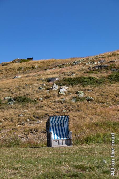 Dieser Strandkorb auf dem Muottas Muragl hat noch einige Geschwister. Jetzt am Morgen sind sie fast alle noch frei.