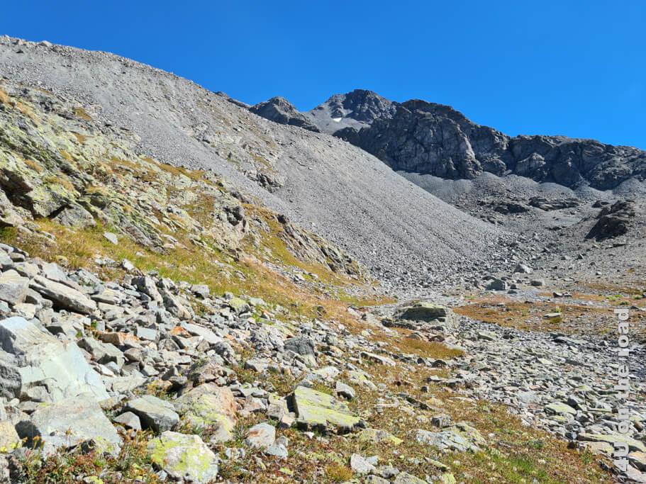 Der Schuttkegel liegt zwischen II Corn (das Horn) und Piz Vadret. Später erzählt uns ein Jäger, dass die Steinböcke sich oberhalb des Kegels aufhalten.