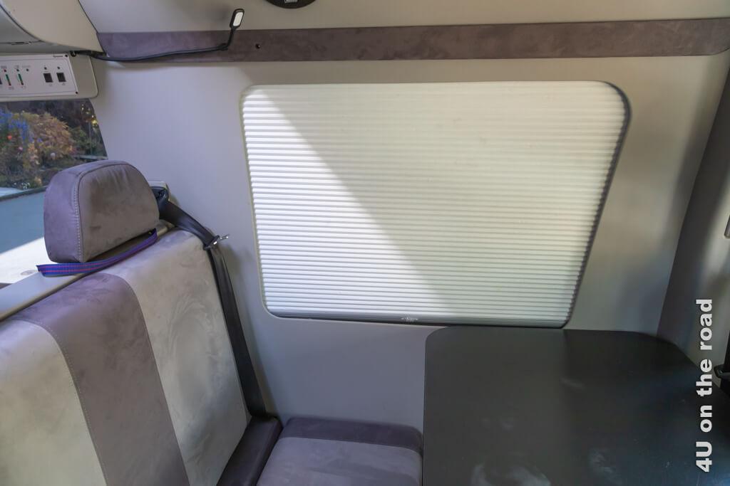 Unsere Fenster haben sogar Faltrollos. Damit sind wir auch mit Licht im Wohnmobil unsichtbar. Wir kaufen uns ein Wohnmobil.