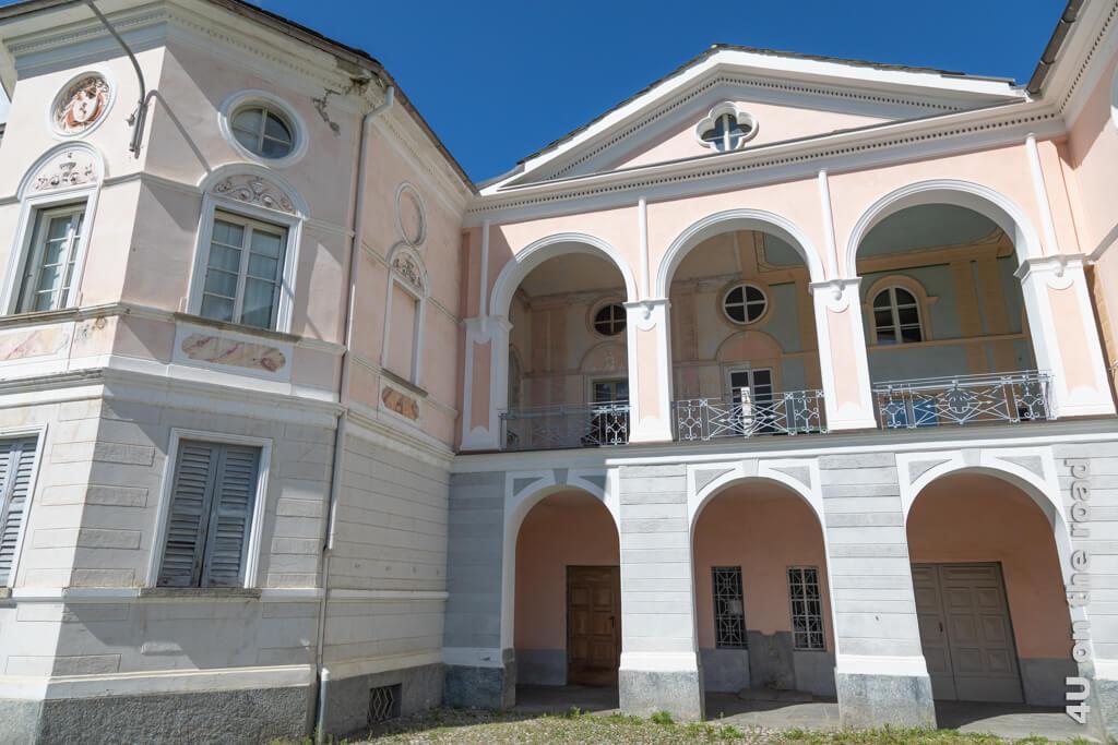 Die Stuckverzierung der Häuser erinnert an die Tätigkeit ihrer Bewohner als Zuckerbäcker - Poschiavo