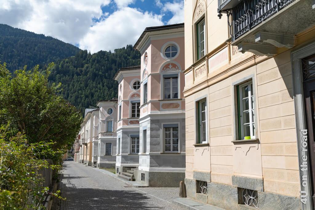 Die Via dei Palazzi in Poschiavo mit ihren sogenannten Zuckerbäckerhäusern - Poschiavo