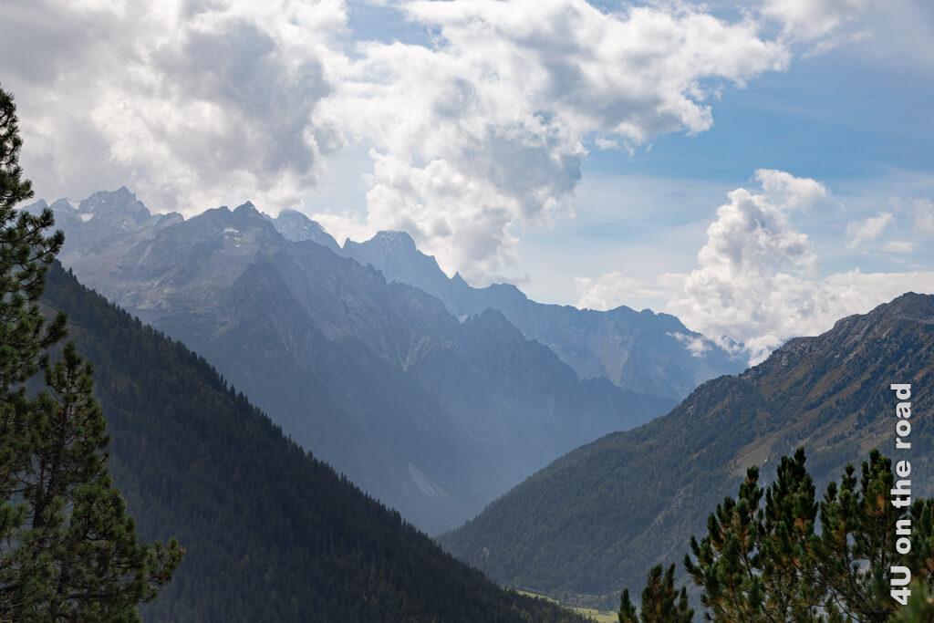 Der Talkessel des Bergells entstand bereits früher durch den Fluss Maira. Während das breite Tal mit der Seenlandschaft des Oberengadins, an dessen Ende sich Maloja befindet, später durch den Rückzug der Gletscher entstand.