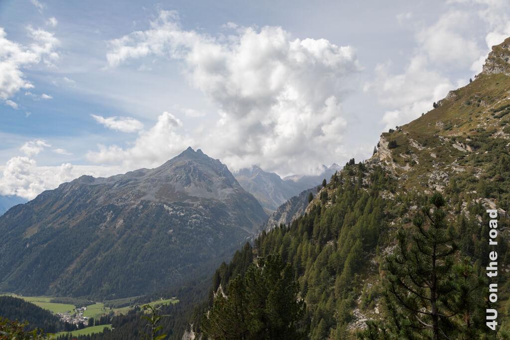 Der Blick auf die verschiedenen Bergketten ist trotz der Wolken beeindruckend.