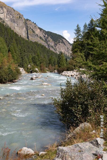 Blick vom Leseplatz auf den Fluss, den wir auf der bisherigen Wanderung im Val Roseg mehr gehört als gesehen haben