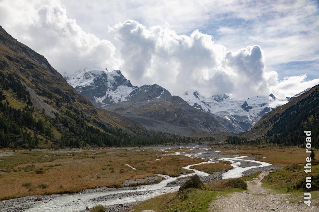 Der Piz Roseg hüllt sich in Wolken, aber den Roseg Gletscher sieht man auch aus der Entfernung gut.