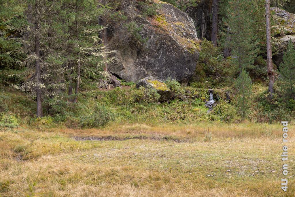 Die grossen Felsbrocken stehen wie stumme Wächter da - Wanderung Roseg Tal