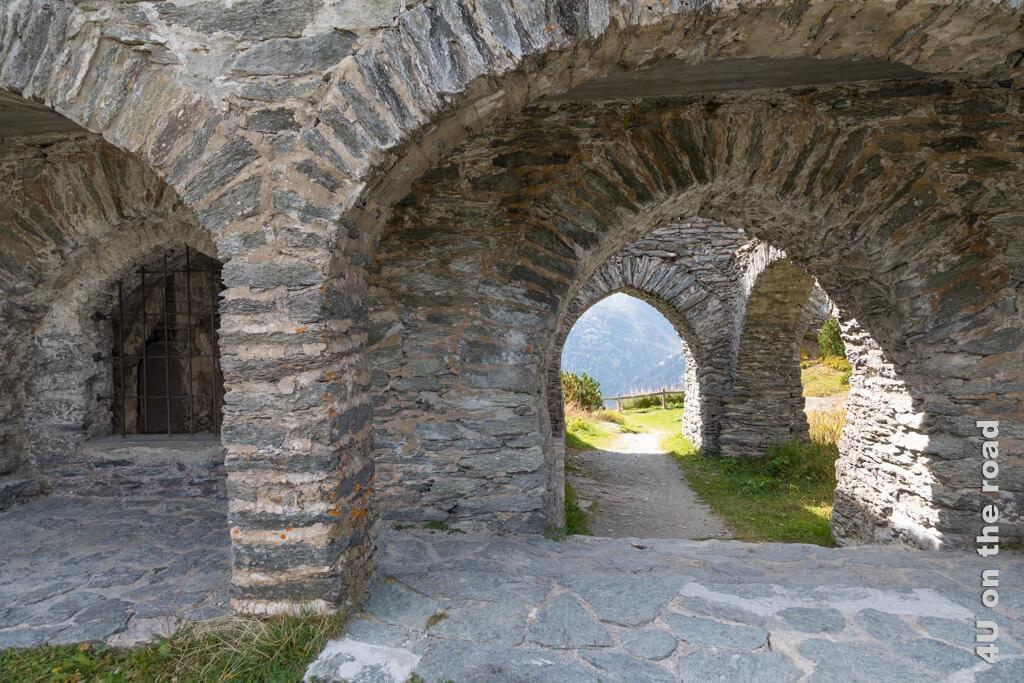 Die Gewölbegänge der Ruine des Schlosses Belvedere bieten vielfältige Aus- und Einblicke