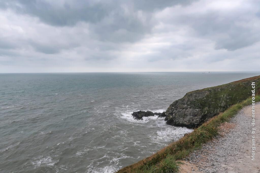 Hier geht der Howth Cliff Walk direkt an der Kante lange.