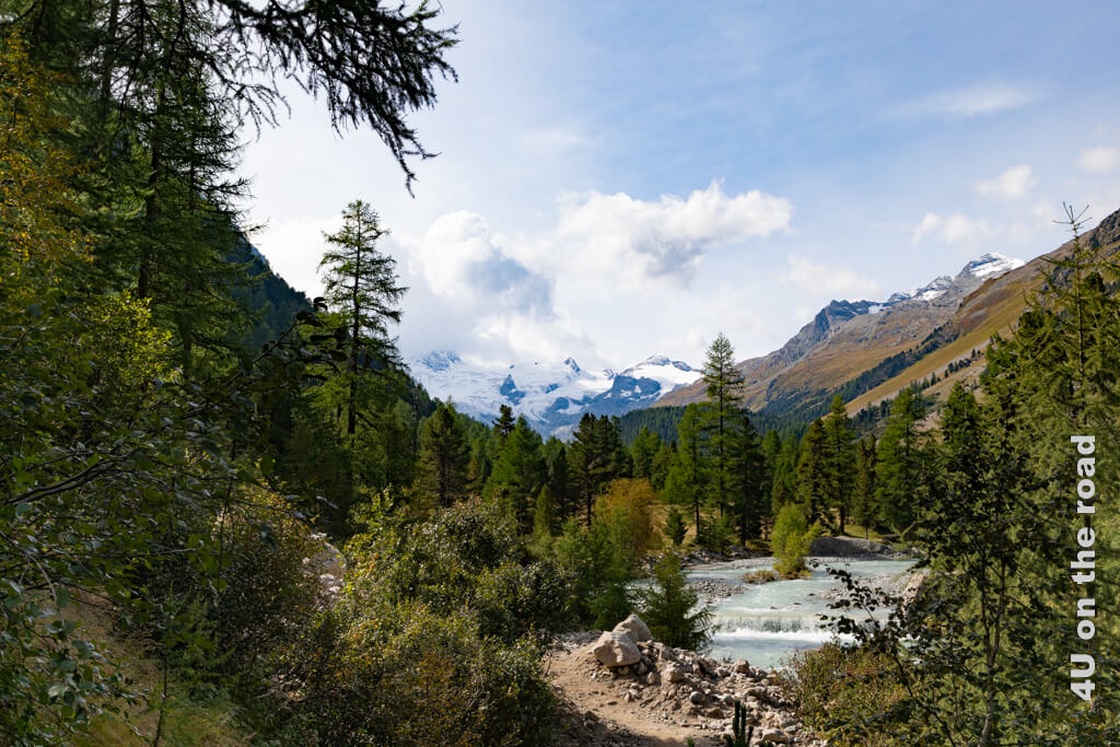 Bis zu diesem ersten Aussichtspunkt im Val Roseg unterhalten wir uns angeregt mit einem älteren Ehepaar.