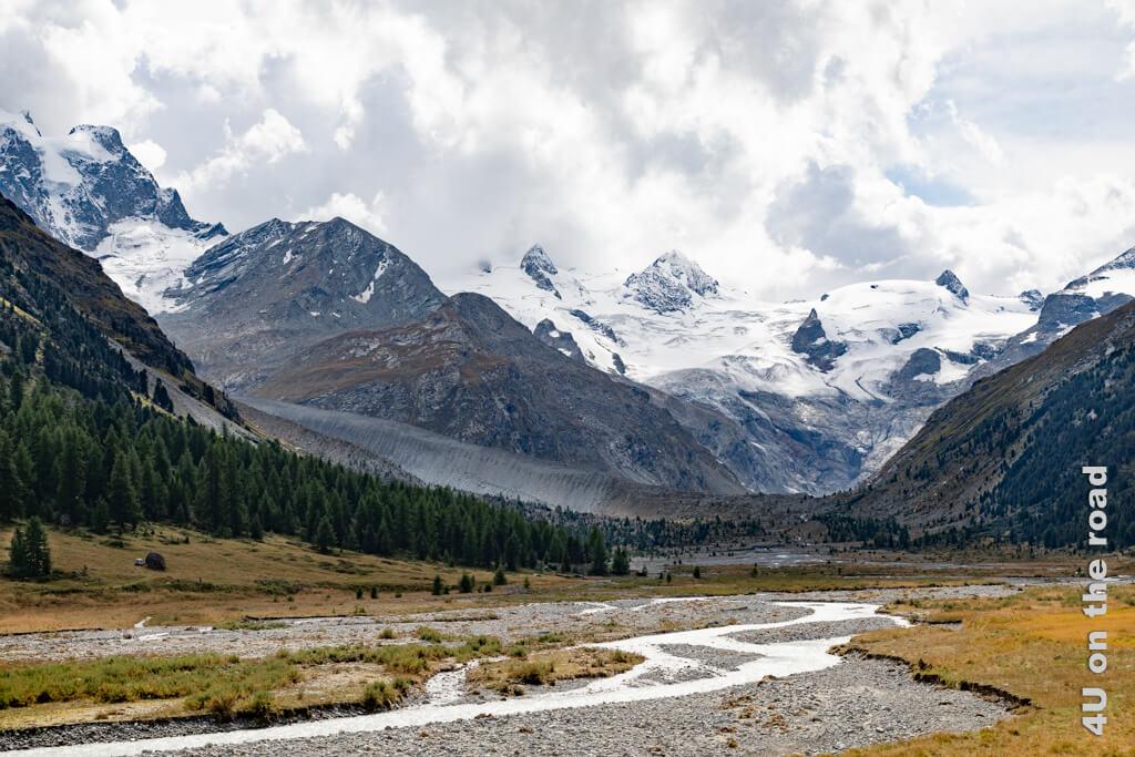 Der Panorama Blick von der letzten Brücke auf den Roseg Gletscher und die Berge der Bernina Gruppe.