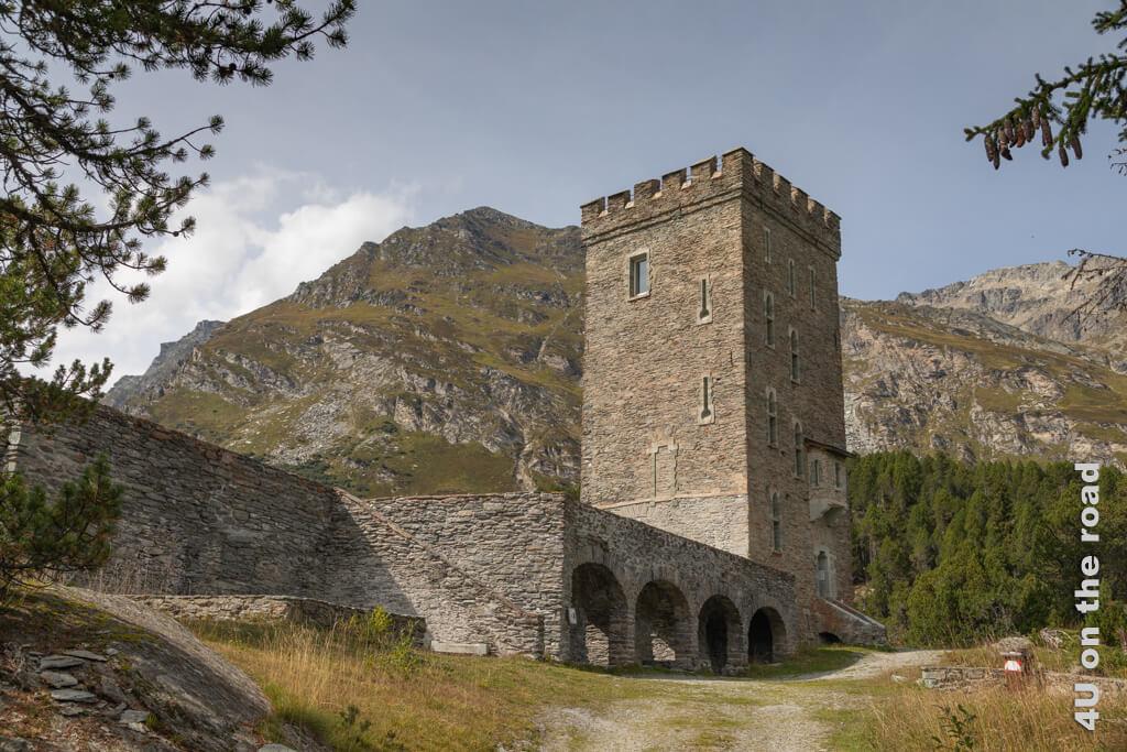 Neben dem Torre Belevedere sind noch schöne Gewölbegänge des nie fertiggestellten Schlosses zu sehen. - Sentiero Segantini