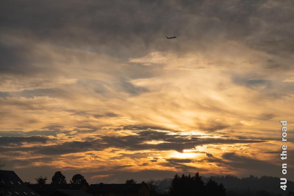 Wohin wohl das Flugzeug am Pistenende des Flughafen Zürich im Sonnenuntergang entschwindet?