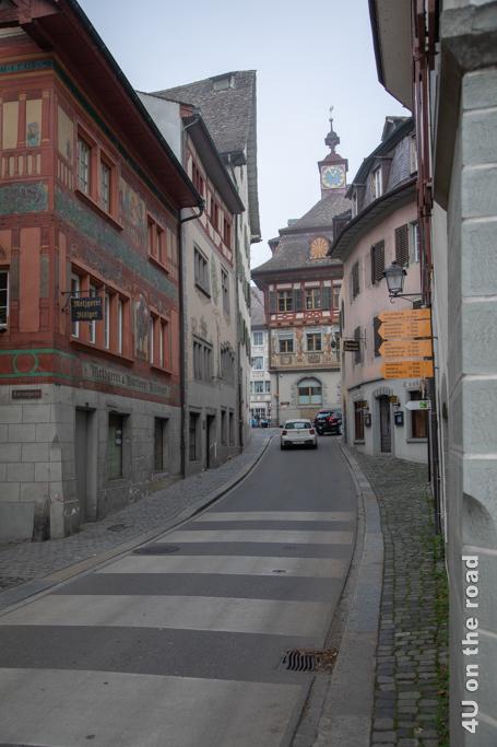 Am Ende der schmalen Gasse steht einsam das berühmte Rathaus von Stein am Rhein.