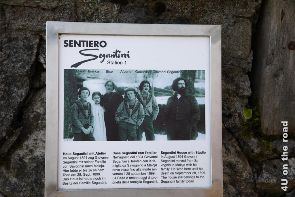 Eine Tafel am Haus in Maloja von Giovanni Segantini zeigt das Bild der Familie Segantini