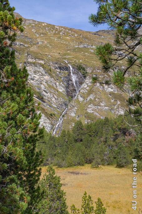 Der Wasserfall, dessen Musik uns bis hierher begleitet hat, stürzt über die Kante und läuft in einer Rinne abwärts.