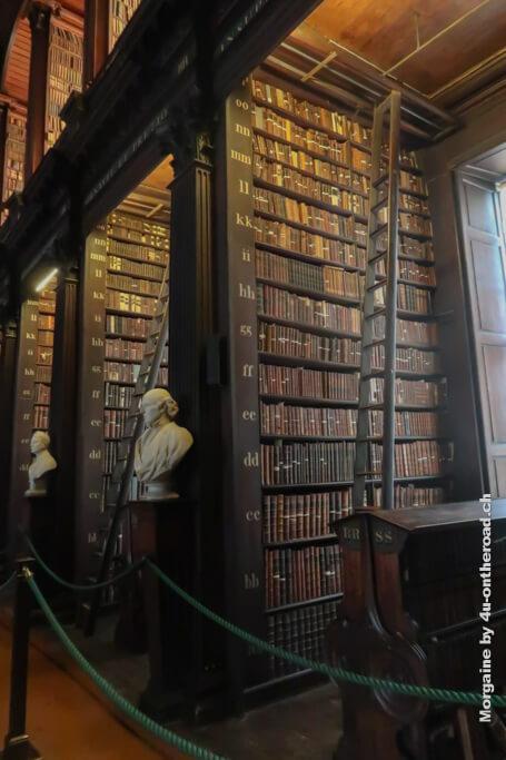 """Büchernischen im Long Room der """"alten Bibliothek"""" des Trinity Colleges in Dublin."""