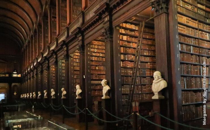 Feature alte Bibliothek des Trinity College in Dublin