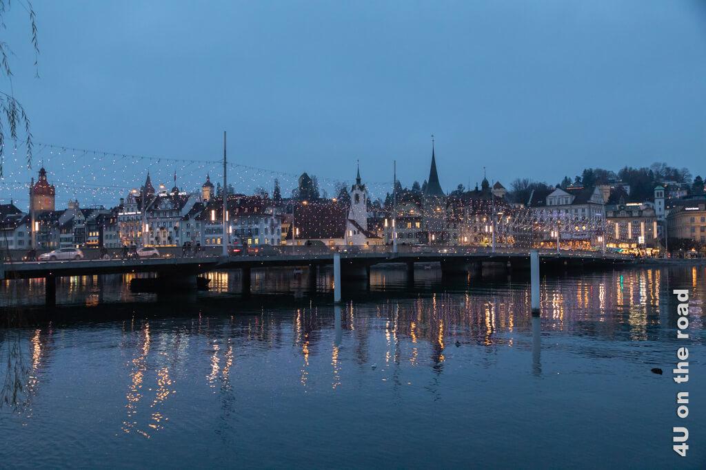 Der Lichtervorhang auf der Seebrücke leuchtet jetzt - Rückkehr vom Tagesausflug zum Rigi