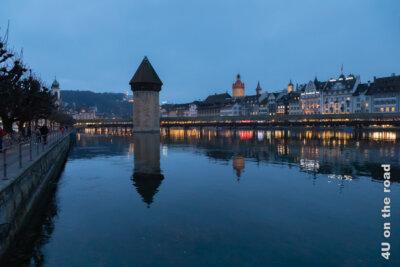 Silhouette des abendlich erleuchteten Luzerns - Rückkehr von Tagesauflug zum Rigi