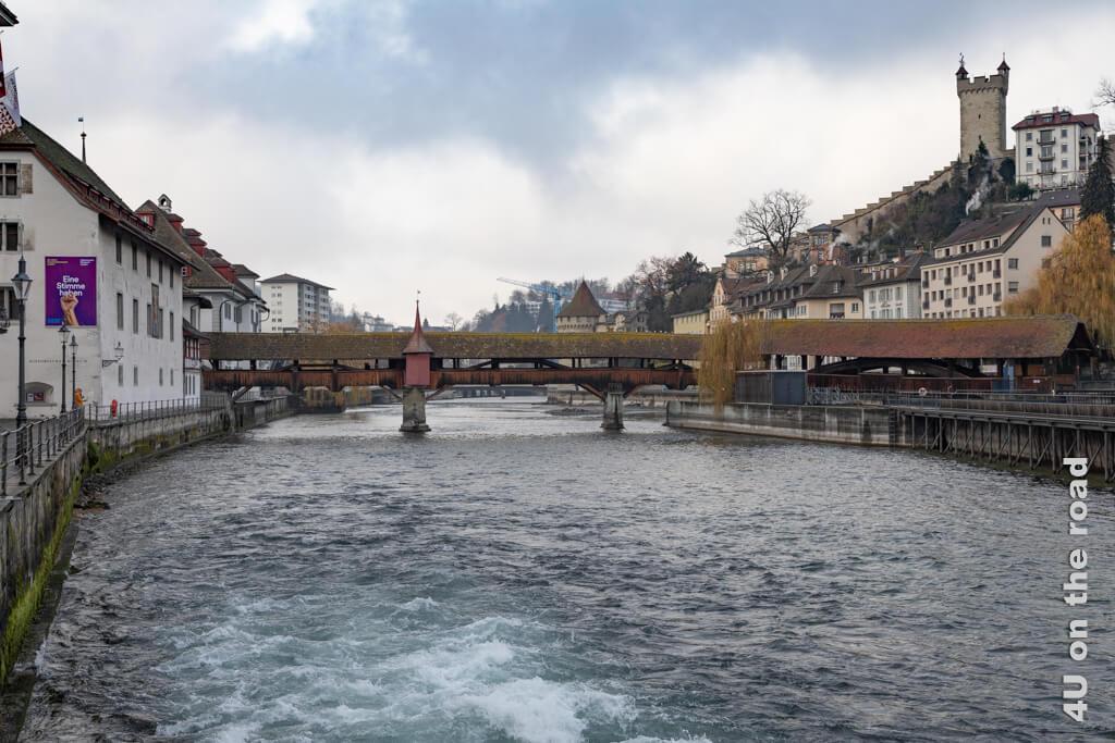 Blick auf die Spreuerbrücke, die Stadtmauer mit dem Männliturm - Sehenswürdigkeit in Luzern