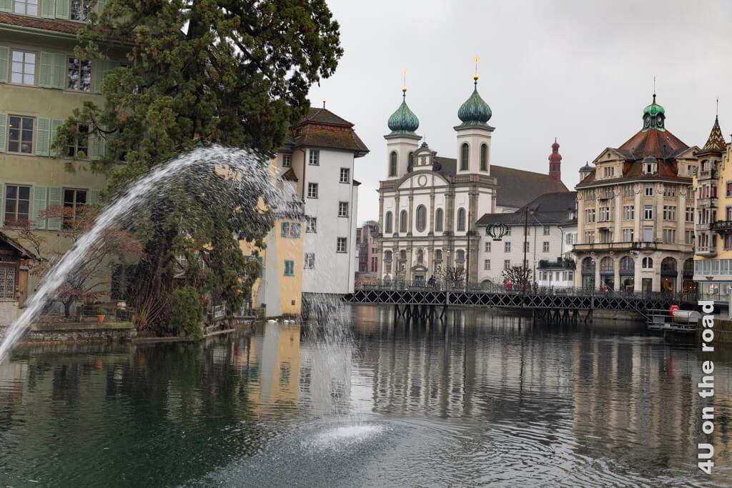 Vom Mühleplatz, an dem das Mill'feuille liegt, blickt man auf die Fontaine des Wasserkraftwerks und die Jesuitenkirche.Vom Mühleplatz, an dem das Mill'feuille liegt, blickt man auf die Fontaine des Wasserkraftwerks.