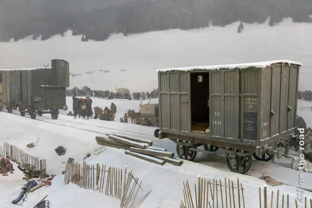 Wagons, in welchen die Soldaten zur Verteilung innerhalb der Schweiz transportiert wurden. Hier verschmilzt das Bild mit dem plastisch vorgelagerten Gelände. - Bourbaki Panorama