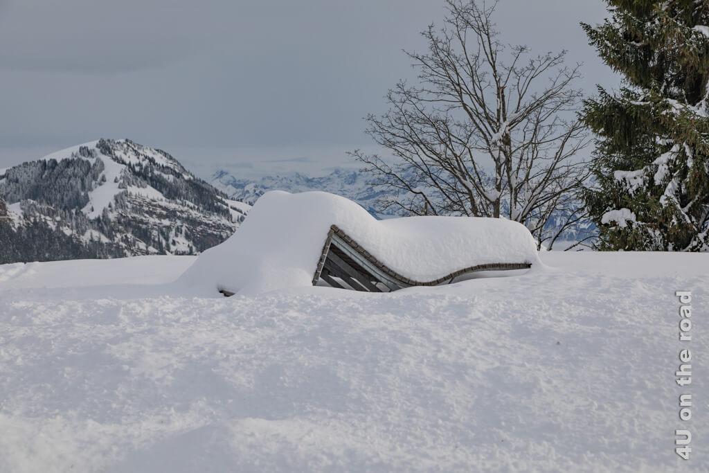 Die von Schnee bedeckte Liege strahlt die Ruhe des Winters aus. Tagesausflug zum Rigi