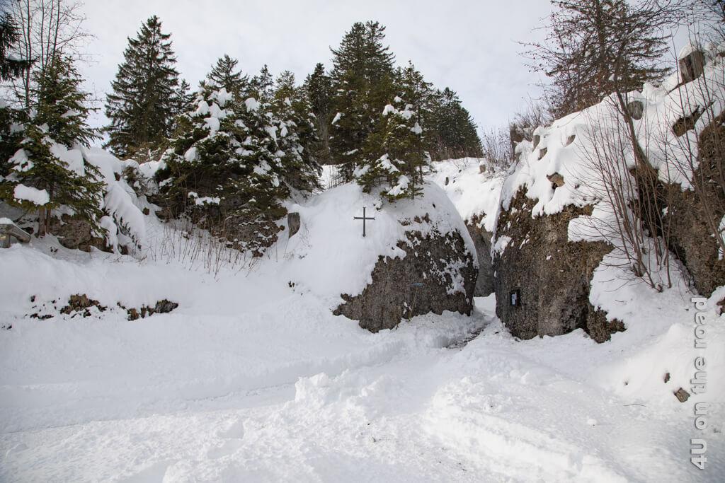 Der Eingang zur Felsenkapelle St. Michael liegt zwischen den beiden Felsen.