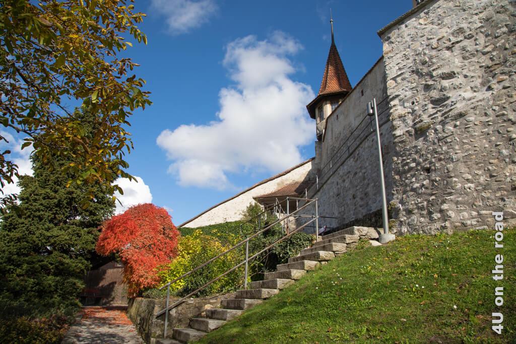 Wir gehen vom Rathausplatz über eine gedeckte Treppe nach oben zum Thuner Schloss